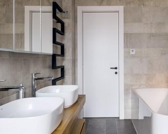 Dřevěné povrchy kontrastují s betonovou šedou.